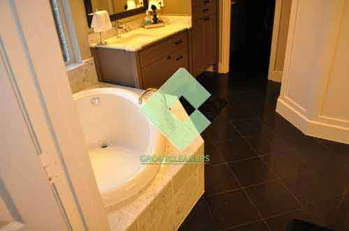 traditional_bathroom_with_black_granite_tiles_on_the_floor